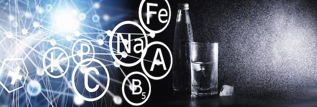 Закройте наливание очищенной свежей питьевой воды из бутылки на стол в гостиной. питьевая вода. минерально-витаминная вода. полезная, богатая минералами, освежающая вода.