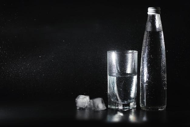 Крупным планом налив очищенную свежую питьевую воду из бутылки на стол в гостиной
