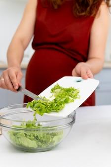 妊娠中の女性の料理をクローズアップ