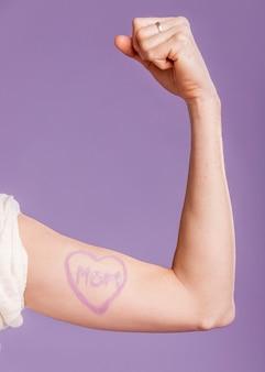 Беременная женщина крупным планом рисовать под рукой
