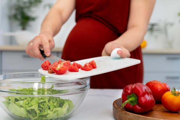 トマトで妊娠中の女性をクローズアップ