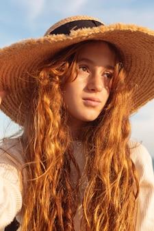 Cappello da portare della ragazza graziosa del primo piano