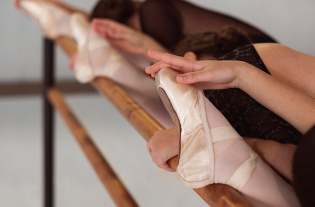Primo piano di ballerine professioniste che si allenano indossando scarpe da punta