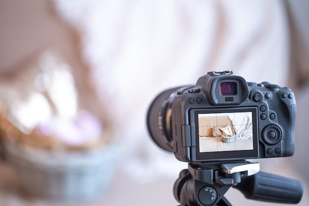 Крупным планом профессиональная цифровая камера на штативе на размытом фоне