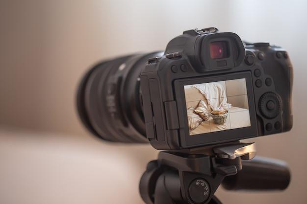 Закройте профессиональный цифровой фотоаппарат на штативе