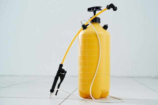 閉じる。プロの消毒剤噴霧器。コピースペース付きの写真。