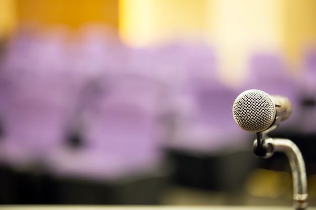 Крупный план профессиональной встречи микрофона на подиуме.