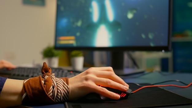Primo piano di un mouse professionale in uno studio domestico di gioco a tarda notte