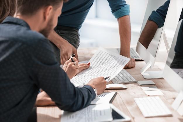 Закройте вверх. профессиональные сотрудники проверяют деловую документацию