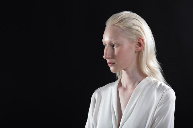 白人アルビノブロンドの女性のプロフィールの肖像画を閉じる