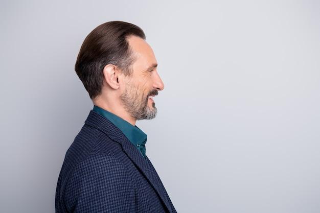 Боковой портрет крупным планом симпатичного мужчины среднего возраста в костюме