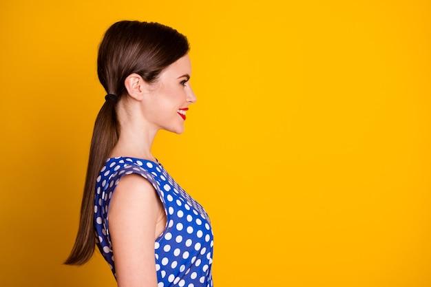 彼女のクローズアッププロフィールの側面図の肖像画彼女の見栄えの良い魅力的なかなり素敵な陽気な陽気なガールフレンドのコピースペースは、明るく鮮やかな輝きの鮮やかな黄色の背景に分離されています