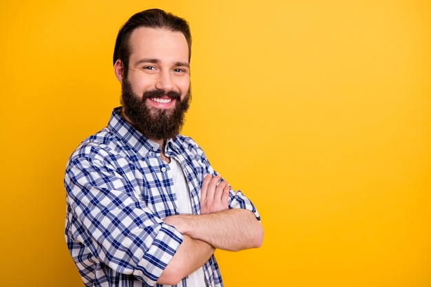 チェックシャツの腕を組んで彼の素敵な魅力的な陽気なひげを生やした男のクローズアッププロファイル側面図の肖像画 Premium写真