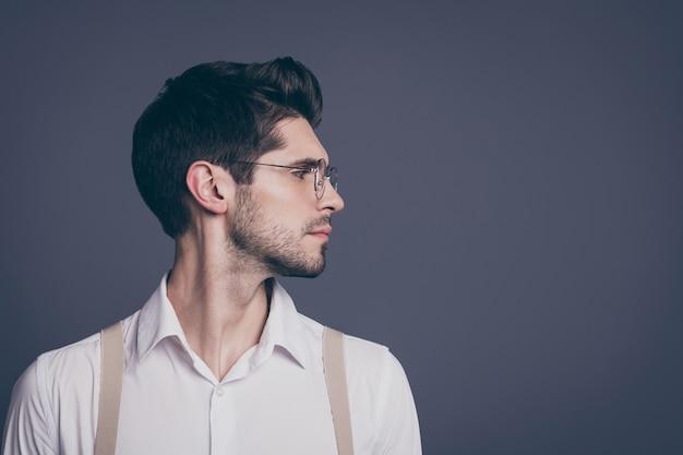 Крупный план профиля, вид сбоку, его симпатичный привлекательный импозантный опытный довольный брюнет, смотрящий в сторону.