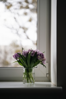 紫色のチューリップの写真をクローズアップ。春のコンセプト。