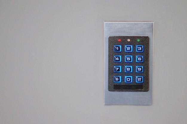 Крупный план кнопочного замка входных дверей