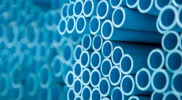建設現場での水移動のためにpvcプラスチックパイプをクローズアップ