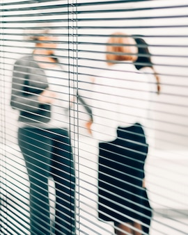 Закройте квалифицированных сотрудников, обсуждающих деловые документы Premium Фотографии