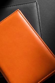Vista dall'alto in pelle nera e arancione di qualità del primo piano