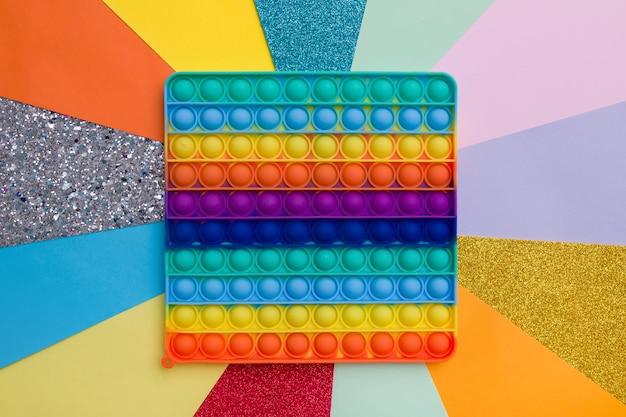 Силиконовая игрушка-антистресс в виде радуги крупным планом pop it