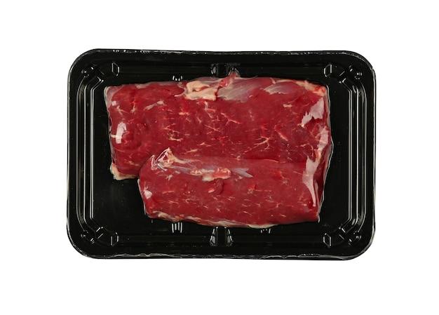 흰색 배경에 격리된 검정색 플라스틱 필름으로 밀봉된 생 양고기 또는 양고기 필레 컷 스테이크 진공을 닫고 바로 위의 높은 위쪽 전망