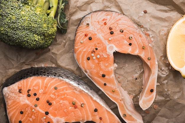 Макро сырой стейк из лосося брокколи и лимоном
