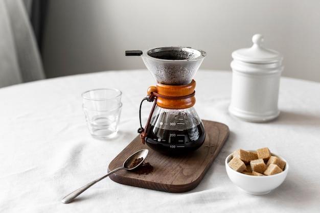 砂糖とコーヒーを提供する準備ができてクローズアップ