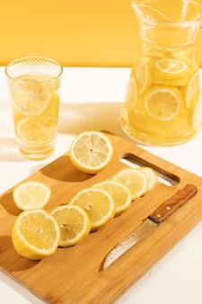 Крупный план готов служить лимонад