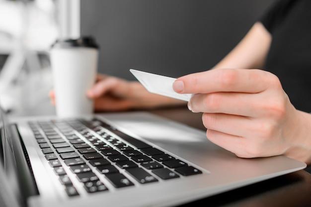 Крупный план готов делать покупки онлайн