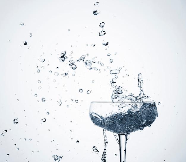 Acqua dinamica realistica del primo piano in vetro