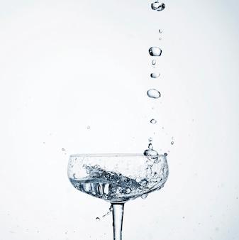 ガラスに注ぐクローズアップの現実的な水