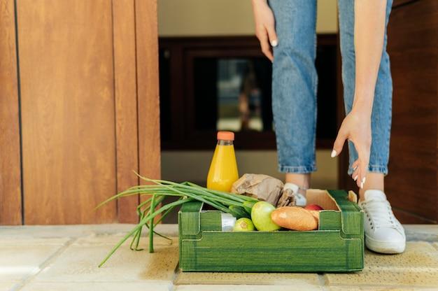 Крупный план приемника, принимающего ящик с едой