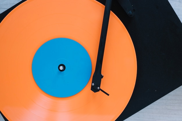 ビニールディスク付きのクローズアップレコードプレーヤー