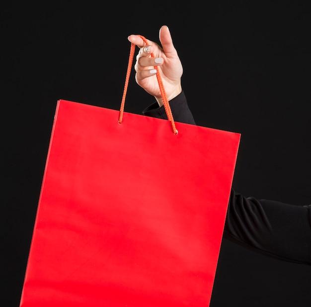 クローズアップの赤い大きな買い物袋