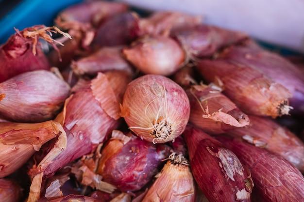 Close-up di cipolle rosse in cassa