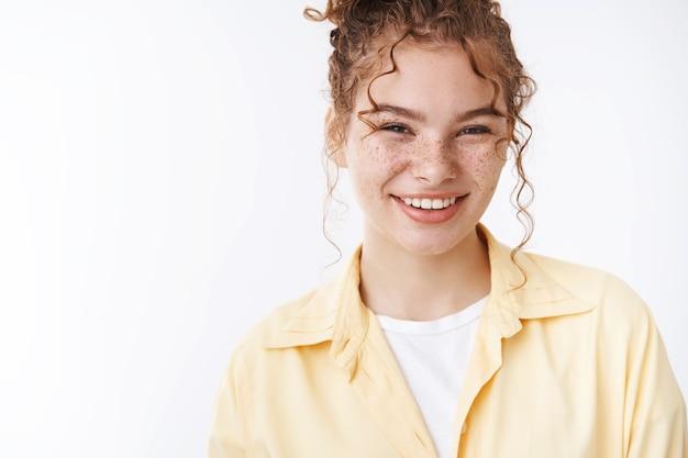 クローズアップ赤毛かなりフレンドリーに見える発信そばかすの女の子が広く笑ってのんきな笑い楽しい前向きな態度、素敵な会話チットチャット友達キャンパス立っている白い背景