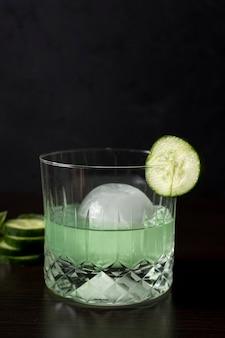 Bevanda alcolica rinfrescante del primo piano con il cetriolo