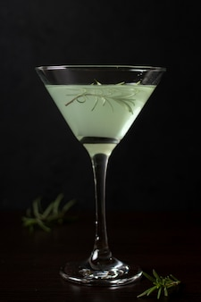 Крупным планом бокал освежающего коктейля, который можно подавать