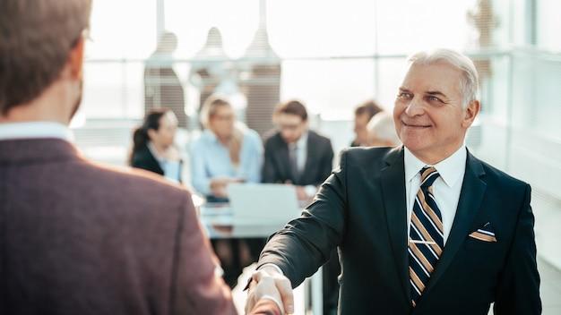 Закройте вверх. надежное рукопожатие деловых людей. концепция сотрудничества