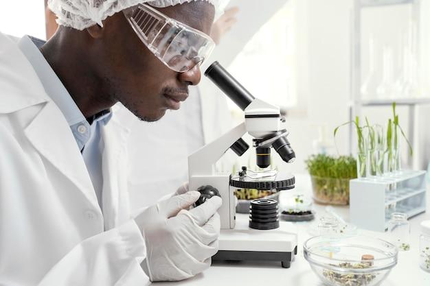 Primo piano ricercatore in laboratorio