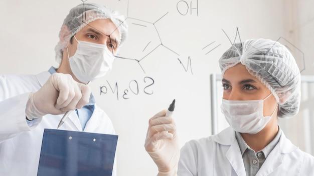실험실에서 연구원 닫기