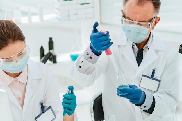閉じる。研究者は実験室でテストを行います。科学と健康。