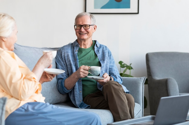 Крупным планом пенсионер пара в гостиной