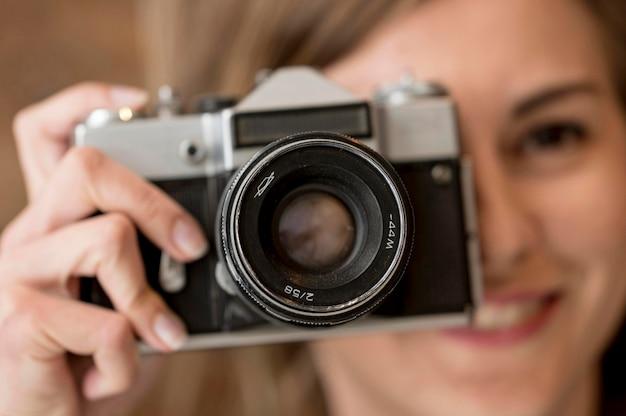 クローズアップレトロなカメラの写真とぼやけている女の子