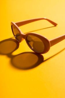 Крупным планом ретро очки с тенью