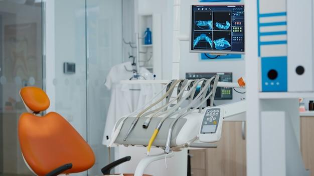Крупным планом - снимок монитора медицинского ортодонта с рентгеновскими изображениями зубов на нем