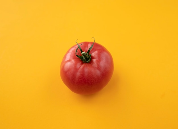 밝은 노란색 배경 평면도 평면 누워에 잘 익은 토마토를 닫습니다. 토마토와 여름 추상적 인 배경