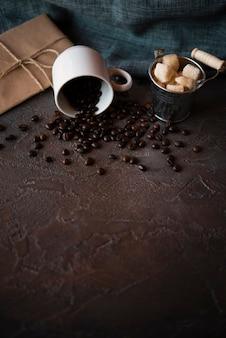 Крупный план жареных кофейных зерен в чашке