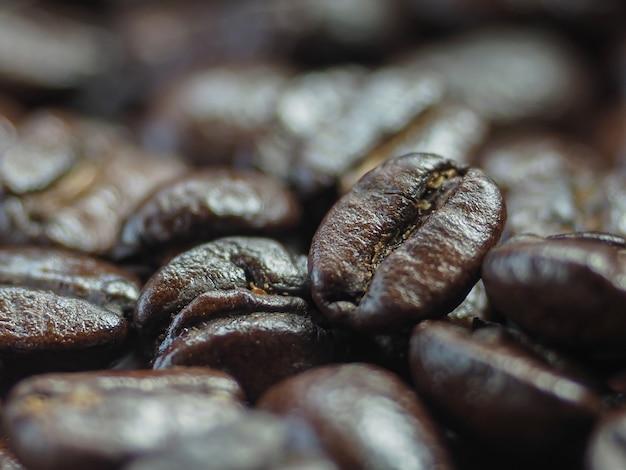볶은 커피 콩 더미를 닫습니다