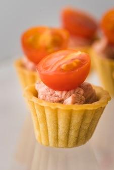 クローズアップの卵とトマト